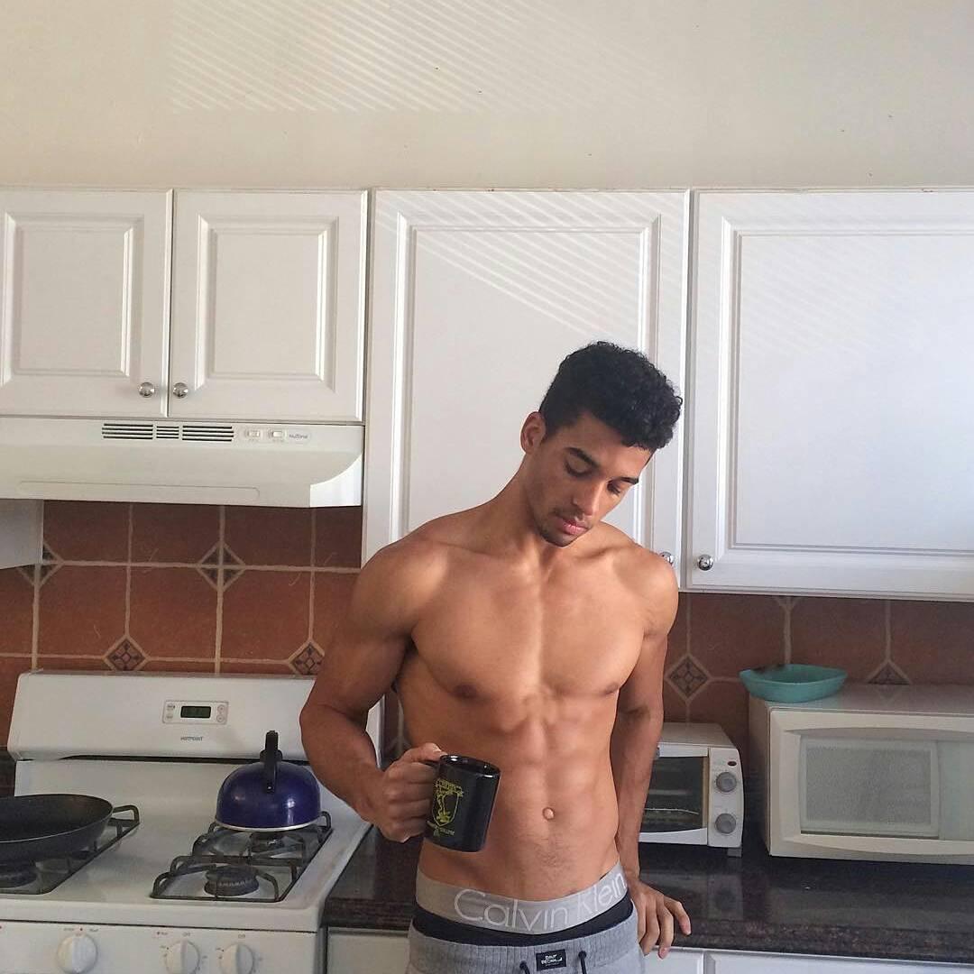 Обнаженный Мужчина На Кухне